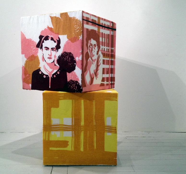 en textil installation som består av kuber från 44 olika konstnärer