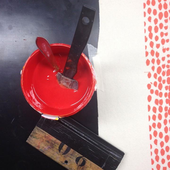röd textilfärg och rakel