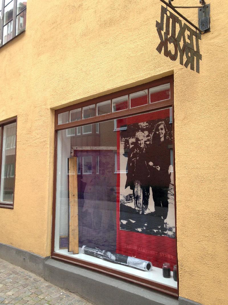 Fönsterutställning på galleri Textilkoll i Malmö. Stor bild tryckt på sammet
